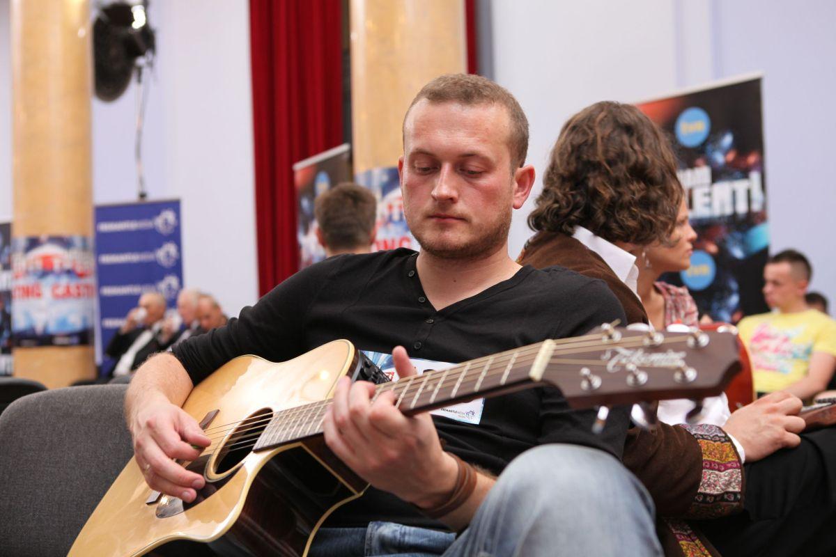 Piotr Karpienia w pokoju oczekiwań dopracowywał swój występ
